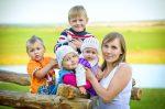 Когда выходят на пенсию многодетные матери 3 детей – во сколько лет выходит на пенсию с 3 детьми, пенсионный возраст если 5 детей, трудовой стаж и размер пенсии по многодетности